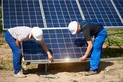 Niezale?na zewn?trzna panelu s?onecznego systemu instalacja, odnawialny zielony energetyczny pokolenia poj?cie obraz royalty free