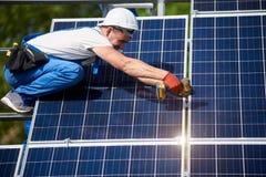 Niezale?na zewn?trzna panelu s?onecznego systemu instalacja, odnawialny zielony energetyczny pokolenia poj?cie zdjęcie stock