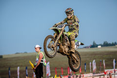 Niezdefiniowany jeździec na Polskim Motocross mistrzostwie Obrazy Royalty Free