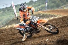 Niezdefiniowany jeździec na Polskim Motocross mistrzostwie Zdjęcia Stock