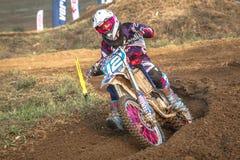Niezdefiniowany jeździec na Polskim Motocross mistrzostwie Fotografia Stock