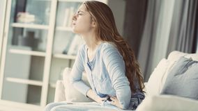 Niezdrowa młoda kobieta z stomachache obraz stock