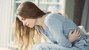Niezdrowa młoda kobieta z stomachache obrazy royalty free