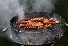 Niezdrowe ale smakowite piec na grillu kiełbasy i mięso Zdjęcia Stock