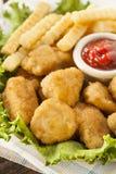 Niezdrowe kurczak bryłki, dłoniaki i zdjęcie stock