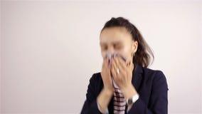 Niezend een jonge vrouw stock videobeelden