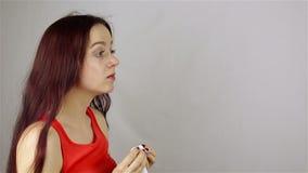 Niezend een jonge vrouw stock footage