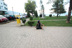 Niezidentyfikowana bezdomna kobieta błaga na ulicie na Sierpień 07, 2015 w Pogradec, Albania Zdjęcia Royalty Free