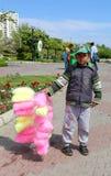 Niezidentyfikowana chłopiec sprzedaje Bawełnianego cukierek przy Pomarańczowym okwitnięcie karnawałem Obrazy Stock