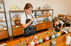 Niezidentyfikowana dziewczyna maluje postać słonie z nauczycielem wśrodku klasy Zdjęcia Royalty Free