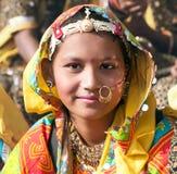 Niezidentyfikowana dziewczyna w kolorowym etnicznym ubiorze uczęszcza przy P Obrazy Royalty Free