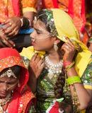 Niezidentyfikowana dziewczyna w kolorowym etnicznym ubiorze uczęszcza przy P Fotografia Royalty Free