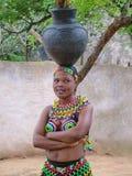 Niezidentyfikowana kobieta odziewa przy Shakaland ubierał w zulu zdjęcia stock