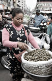 Niezidentyfikowana kobieta przy rynkiem w Phnom Penh Zdjęcia Stock