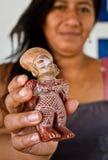 Niezidentyfikowana kobieta trzyma ceramiczną figurkę wewnątrz Fotografia Stock