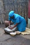 Niezidentyfikowana kobieta zrobił lokalnemu piwu z banatką przy Lesedi Culturea Zdjęcia Stock