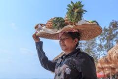 Niezidentyfikowana kobiety sprzedawania owoc przy linią brzegową Obrazy Royalty Free