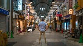 Niezidentyfikowana mężczyzna pozycja wśrodku Asakusa Sensoji Kannon świątyni rynku, Tokio, Japonia zdjęcia royalty free