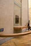 Niezidentyfikowana ochrony kobieta pracuje w Mona Lisa pokoju Zdjęcia Stock