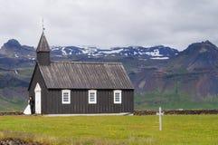 Niezidentyfikowana państwo młodzi pozycja przed Sławnym czarnym kościół w Budir, Iceland Fotografia Royalty Free
