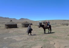Niezidentyfikowana rodzina przy Sani przepustką, Lesotho przy wysokością 2 874m obraz stock