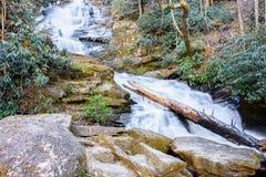 Niezidentyfikowana siklawa w Północnych Gruzja górach Obraz Stock