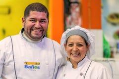 Niezidentyfikowana Szczęśliwa szef kuchni para, kucharzi ono Uśmiecha się kamera Lub Obraz Royalty Free