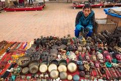 Niezidentyfikowane sprzedawca pamiątki przy Durbar kwadratem, Nepal Fotografia Stock