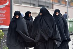 Niezidentyfikowane Tureckie kobiety w tradycyjnej Islamskiej odzieży na th Zdjęcia Royalty Free