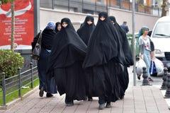 Niezidentyfikowane Tureckie kobiety w tradycyjnej Islamskiej odzieży na th Fotografia Royalty Free