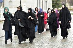 Niezidentyfikowane Tureckie kobiety w tradycyjnej Islamskiej odzieży na ulicach miasto Obrazy Royalty Free