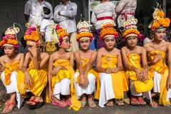 Niezidentyfikowanego balijczyka młodzi artyści przygotowywa dla Galungan świętowania w Ubud, Bali obraz stock