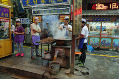 Niezidentyfikowanego mężczyzna kulinarny mięso w sklepie spożywczym Zdjęcie Royalty Free