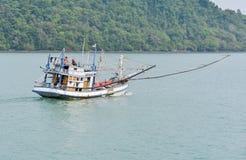 Niezidentyfikowanego rybaka łódkowaty oddawanie od połowu nasz brzeg Fotografia Royalty Free