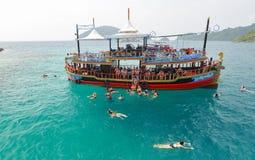 Niezidentyfikowanej podróży akwalungu pikowania z wycieczki turysycznej motorową łodzią turystyczni ludzie Obraz Royalty Free