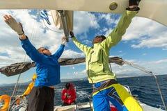 Niezidentyfikowani żeglarzi uczestniczą w żeglowania regatta obrazy stock