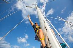 Niezidentyfikowani żeglarzi uczestniczą w żeglowania regatta Ellada 12th jesieni 2014 wśród Greckiej wyspy grupy w morzu egejskim Zdjęcie Royalty Free