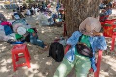 Niezidentyfikowani balijczyków sarongów sprzedawcy ma odpoczynek w cieniu na plaży Obraz Stock