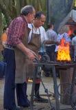 Niezidentyfikowani Blacksmiths pracuje na metalu przy kuźnią w moder Obrazy Stock