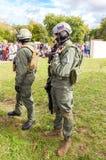 Niezidentyfikowani członkowie wojskowego klub w kamuflażu wojsku mundurują zdjęcia stock