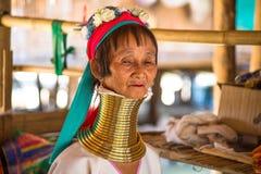 Niezidentyfikowani Dłudzy szyi Karen wzgórza plemienia ludzie Karen szyi Długie wioski w Chiang raja, Tajlandia fotografia stock