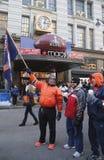 Niezidentyfikowani denver broncos fan w przodzie Macy s zwiastun Obciosują na Broadway podczas super bowl XLVIII tygodnia w Manhat Obrazy Royalty Free