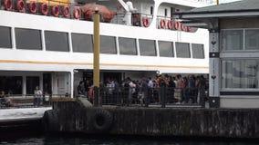 Niezidentyfikowani dojeżdżający dostają na pokładzie Kadikoy Portin Istanbuł przy zbiory