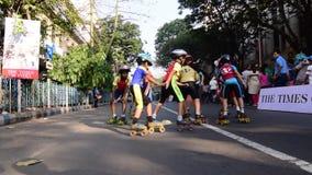 Niezidentyfikowani dzieci Kolkata miasta rollerskating na blokującej drodze, India zbiory wideo