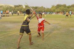 Niezidentyfikowani dzieci w antycznych kostiumach pokazują tradycyjnego swor Zdjęcie Stock