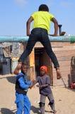 Niezidentyfikowani dzieci żyje w Mondesa slamsy Obraz Stock