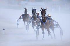 Niezidentyfikowani grupowi konie i dżokeje zdjęcie stock