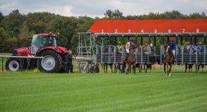 Niezidentyfikowani jeźdzowie, rasa na racecourse Zdjęcie Royalty Free