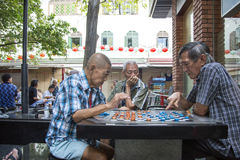 Niezidentyfikowani lokalni ludzie bawić się chińskiego szachy w Chinatown ulicznym rynku Obrazy Stock