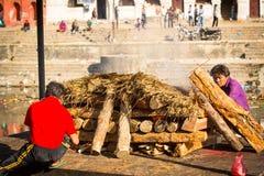 Niezidentyfikowani lokalni ludzie podczas kremaci ceremonii wzdłuż świętej Bagmati rzeki zdjęcia royalty free